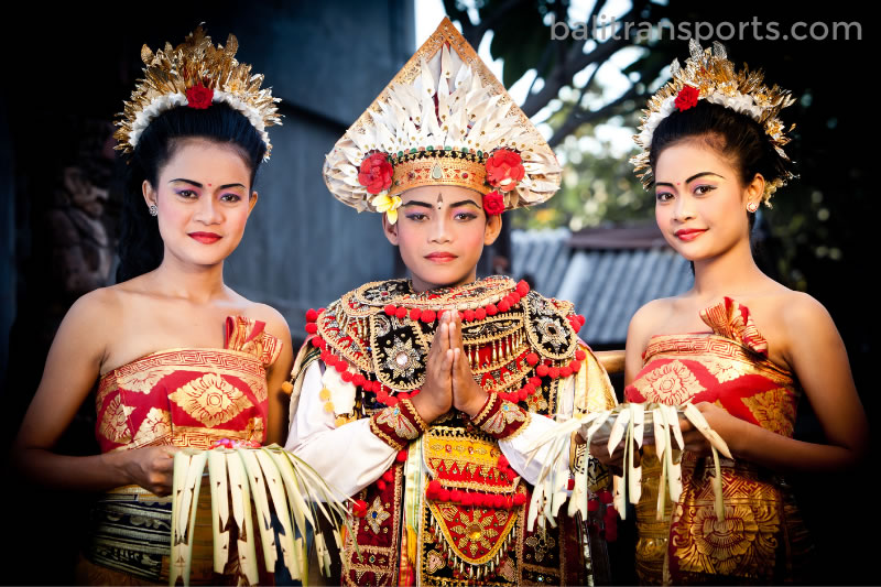 Balinese dance do special temple ceremony