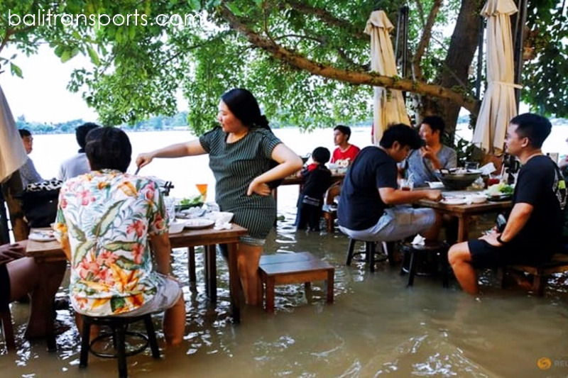 Riverside restaurant makes waves in Thailand as flood dining